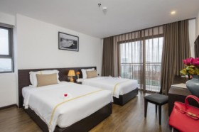 Meriton -   Senior Deluxe King Room with Balcony and City View