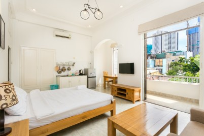 Halo Apartment with Balcony, 5' to Ben Thanh Market